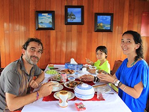 Dinning_on_Eco_Friendly_boat
